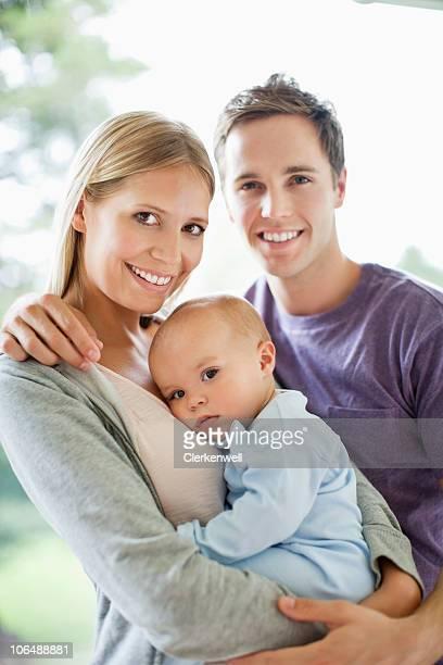 Sonriente padre bebé niño retención (frecuencia de 6-11 meses), de retratos