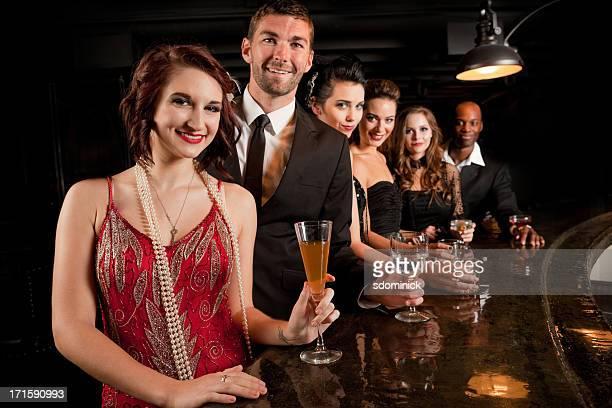 Souriant personnes debout au Bar
