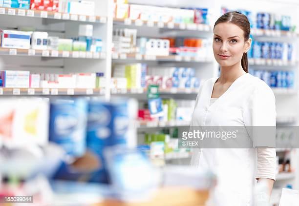 Souriant Pharmacien au magasin
