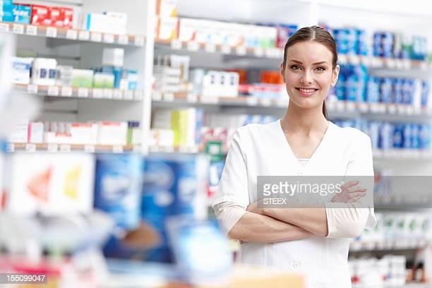 Souriant Pharmacien avec les bras croisés