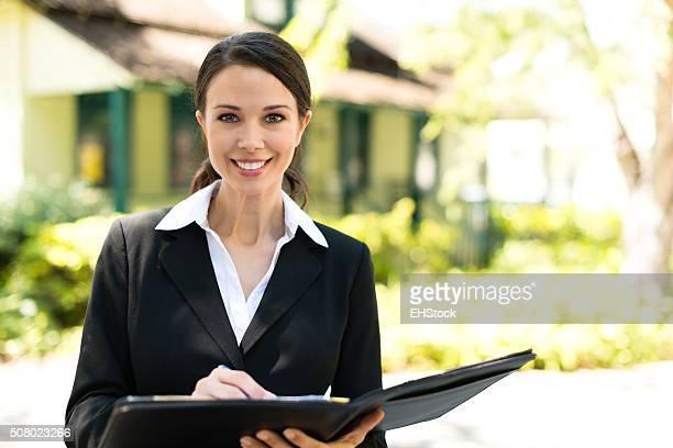 Sonriente agente inmobiliario