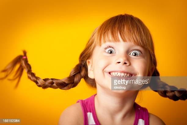 笑顔レッドヘア子羊の女の子、ブレイドと興奮のルック 2