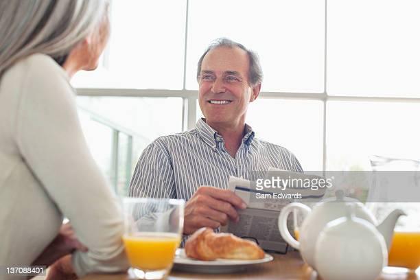 Lächelnd altes Paar Am Frühstückstisch