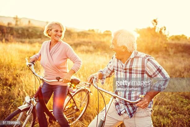 Souriant couple senior équitation vélos