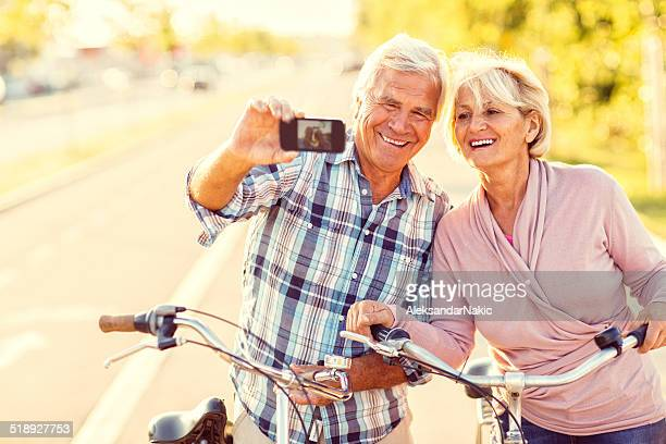 Sonriente pareja de jubilados tomando un autorretrato