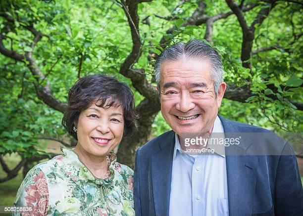 笑顔シニア日本人夫婦屋外ポートレート