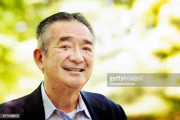 senior homme souriant japonais gros plan portrait le parc Yoyogi Tokyo