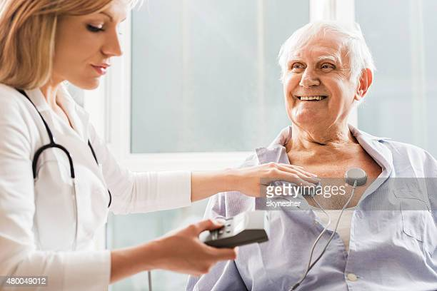 Lächelnder Alter Mann erste EKG test.