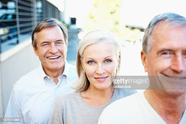 senior sorridente uomo e donna in piedi in una riga