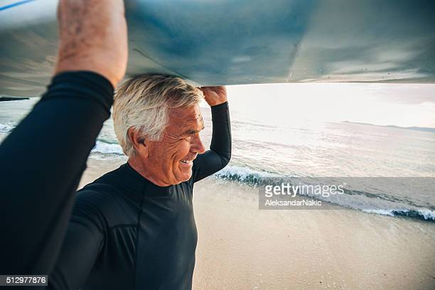 Sonriendo senior surfista