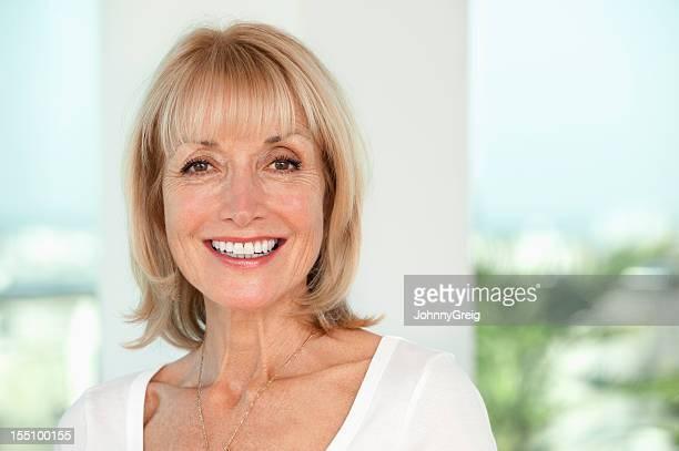 Sorridente donna anziana