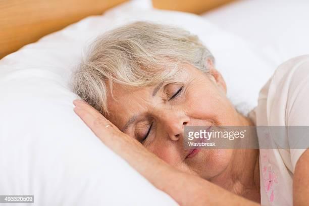 Sorridente senior donna dormire
