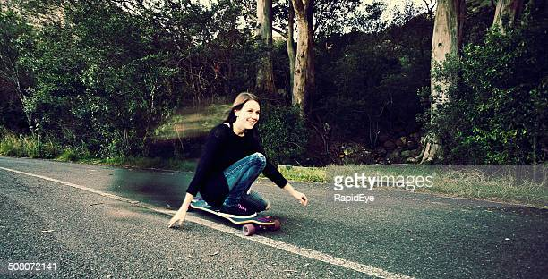 Patinadora sorridente Menina voa downhill
