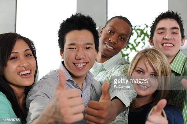 Lächelnd Studenten mit Daumen hoch