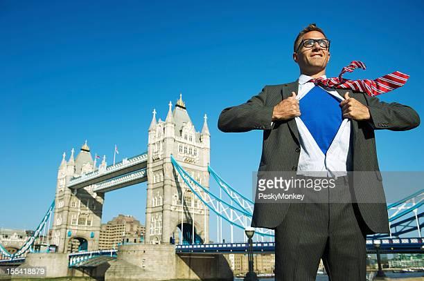Super Héros Homme d'affaires souriant, debout au-dessus de la ville de Londres