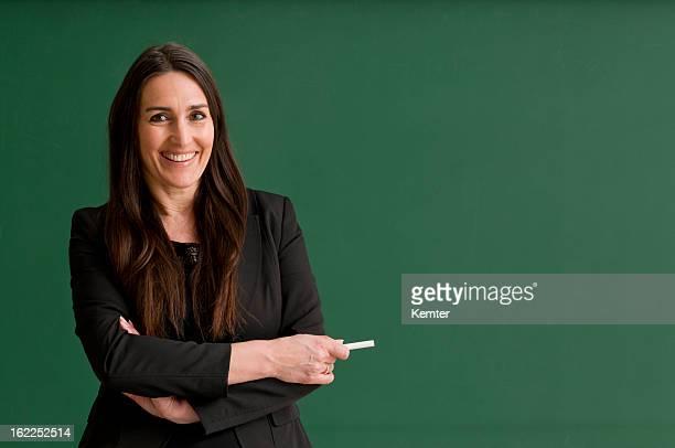 Lächelnd Lehrer an der Tafel