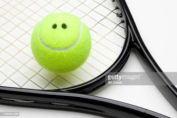 Sonriendo bola de tenis