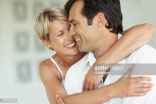 Meados Adulto mulher feliz abraçar o marido