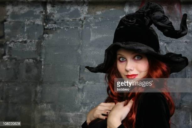 Souriant femme déguisé en sorcière