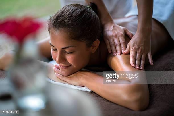 Lächelnde Frau genießen eine Massage im Spa.