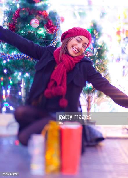 Lächelnde Frau glücklich mit ihr Geschenke!