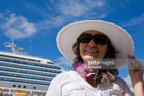 Femme souriante en croisière.