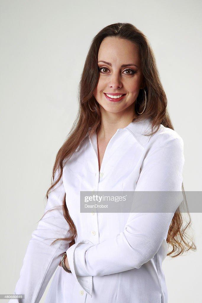 Mujer sonriente en blanco camiseta de pie : Foto de stock