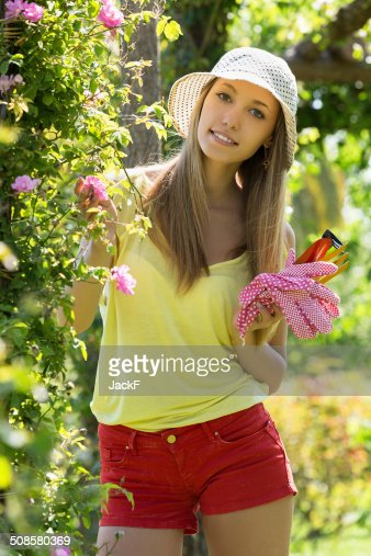 Smiling woman in yard gardening : Stockfoto