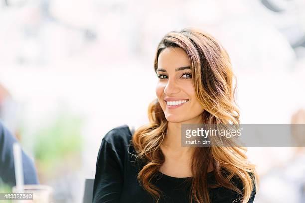 Mulher sorridente olhar para a câmara