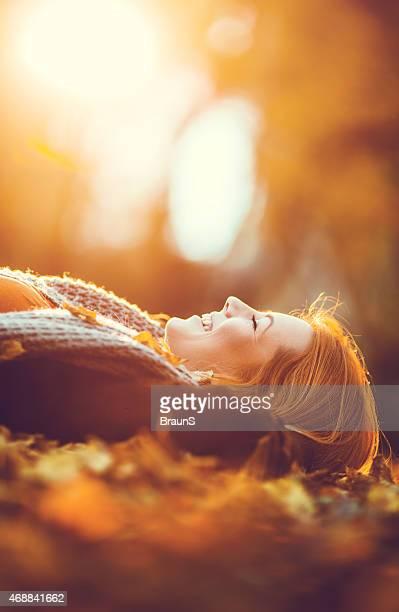 Lächelnde Frau Entspannung im park und genießen Sie im Herbst.