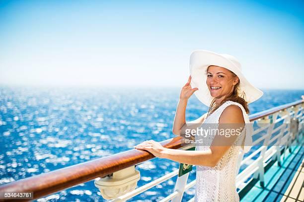 Femme souriante sur un bateau de croisière.