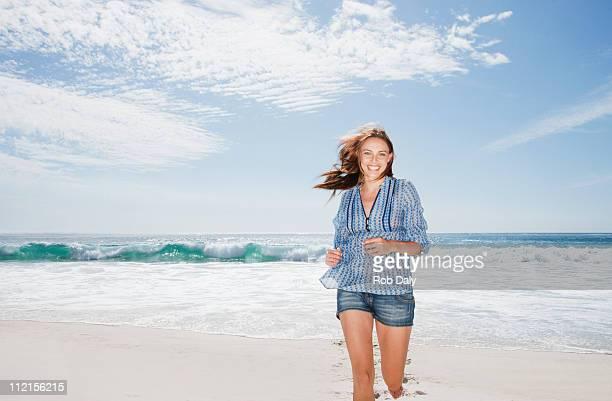 Lächelnde Frau Laufen am Strand
