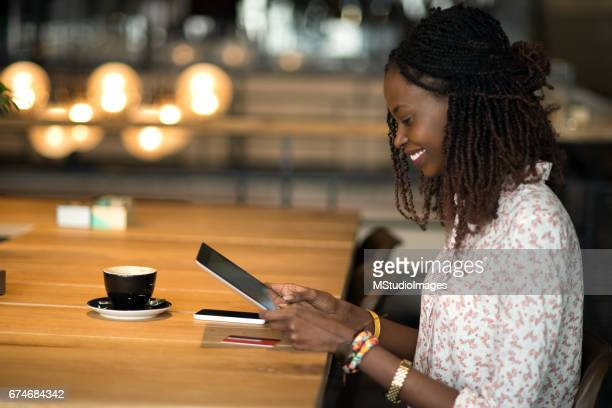 Femme souriante shopping sur internet.