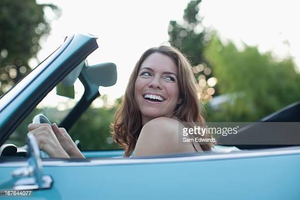 Lächelnde Frau Sitzen im Cabrio