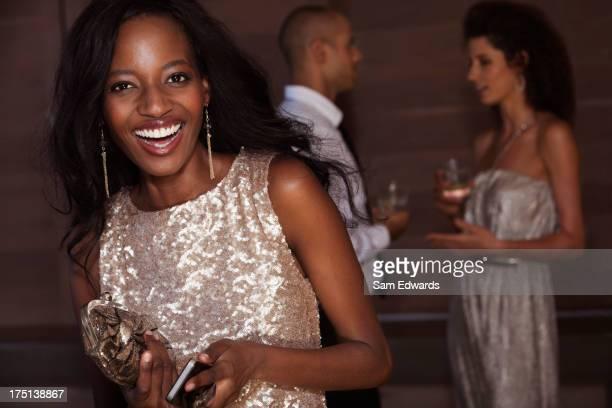 Mulher sorridente usando Vestido de Noite