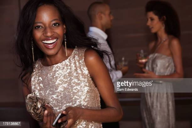 Lächelnde Frau trägt Abendkleid