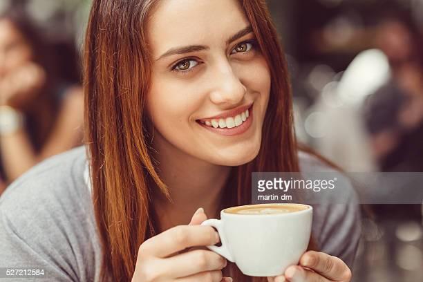 Lächelnde Frau mit einer Tasse Kaffee