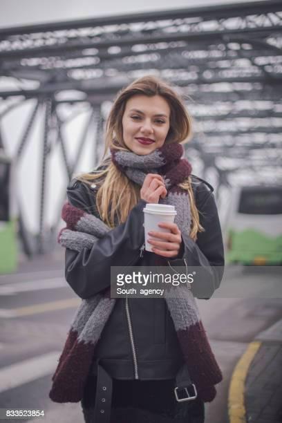 Femme souriante avec une tasse de café