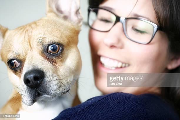 Lächelnde Frau mit seltsamen ein Hund