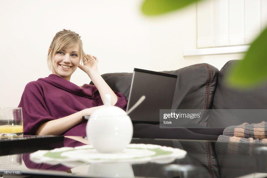 Femme souriante travaillant à la maison : Photo