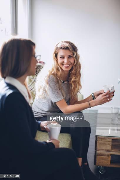 Femme souriante ayant pause café
