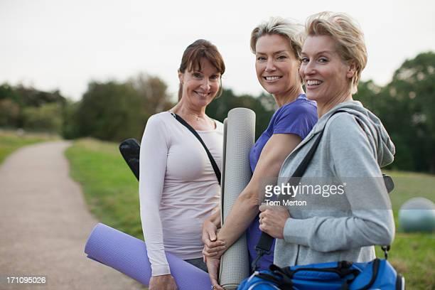 Lächelnde Frauen, die yoga-Matten