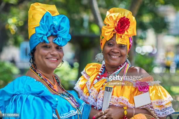 Lächelnde Frauen in kubanischen Trachten