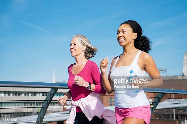 Lächelnde Frauen laufen zusammen