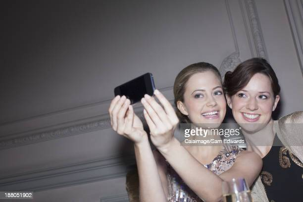 Sonriendo Retrato de mujer toma con cámara de teléfono