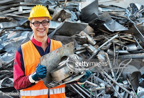 笑顔の労働者に金属物
