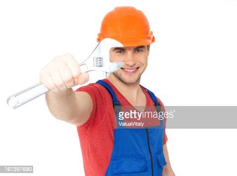 笑顔の労働者に大きなスパナ : ストックフォト