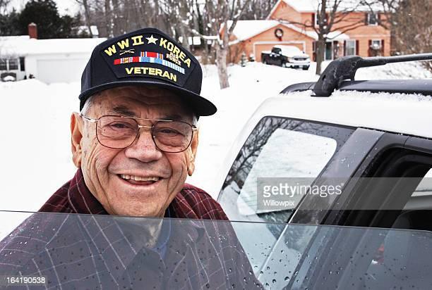 Sorridente militare della seconda guerra mondiale e veterani della Guerra di Corea