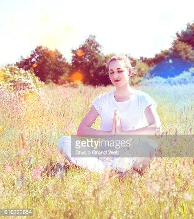 smiling yoga girl meditating for joyful retreat, colorful retro filter : Stock-Foto