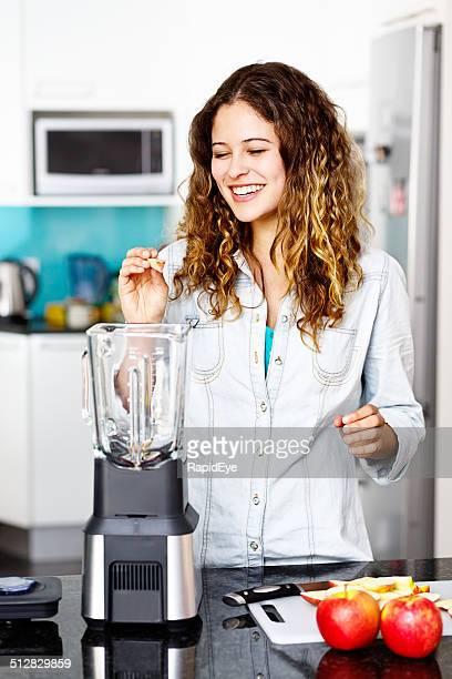 Jeune beauté souriant travail avec cuisine Mixeur